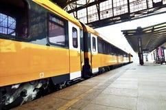 Trem amarelo moderno no estação de caminhos-de-ferro do cano principal de Praga Foto de Stock