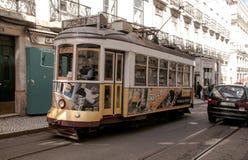 Trem antiquado em Lisboa imagens de stock