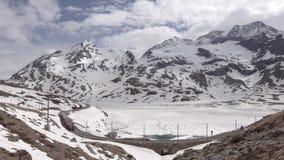 Trem através das montanhas nevado filme