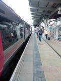 Trem através dos campos na estação de trem do derby Foto de Stock Royalty Free