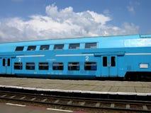 Trem azul e um céu azul Imagens de Stock Royalty Free