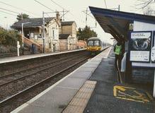 Trem BRITÂNICO que chega no estação de caminhos-de-ferro de Ashwell Fotos de Stock Royalty Free