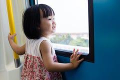 Trem chinês asiático do interior da menina que olha ao lado da janela imagens de stock