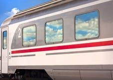 Trem com reflexões da nuvem Imagens de Stock