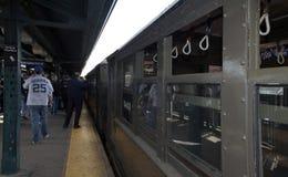 Trem da baixa tensão na estação do Yankee Stadium para o jogo de primeira jornada Imagens de Stock Royalty Free