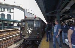 Trem da baixa tensão no stationi do Yankee Stadium para o gam da primeira jornada Fotografia de Stock