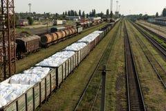 Trem da carga Estação de comboio britânica foto de stock