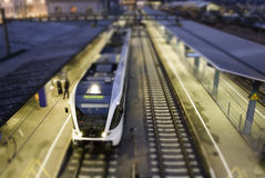 Trem da cidade em trilhas   Foto de Stock