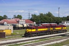 Trem da estação de comboio e da carga Narva Estónia fotografia de stock royalty free