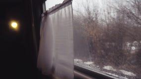 Trem da estrada de ferro da viagem do conceito passeios da chuva pelo trilho ?rvores de floresta do inverno em R?ssia opini?o da  vídeos de arquivo
