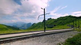 Trem da montanha em cumes suíços filme