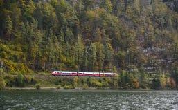 Trem da montanha em Hallstatt, Áustria imagens de stock