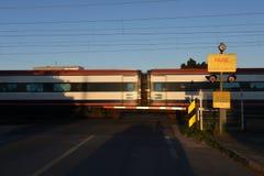 Trem da passagem de nível Foto de Stock