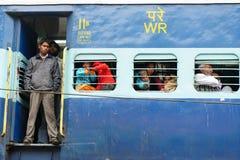 Trem da periferia aglomerado indiano em Deli Fotos de Stock