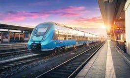 Trem da periferia de alta velocidade moderno na estação de trem imagem de stock