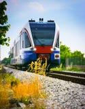 Trem da periferia no campo imagens de stock