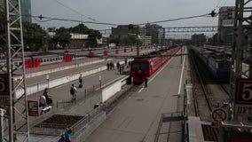 Trem de Aeroexpress na estação de trem e nos passageiros de Paveletsky Moscovo, Rússia vídeos de arquivo