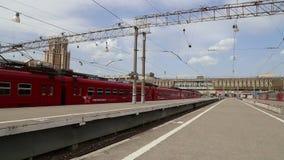 Trem de Aeroexpress na estação de trem e nos passageiros de Paveletsky Moscovo, Rússia video estoque