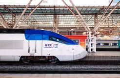 Trem de alta velocidade de Coreia KTX na plataforma da estação de Seoul fotos de stock