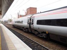 Trem de alta velocidade em um estação de caminhos-de-ferro local em Liverpool, Reino Unido Foto de Stock Royalty Free