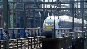 Trem de alta velocidade de Eurostar que chega em Amsterdão video estoque