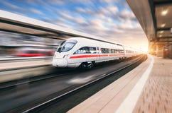Trem de alta velocidade moderno branco no movimento imagem de stock