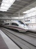 Trem de alta velocidade na estação de Atocha fotos de stock royalty free