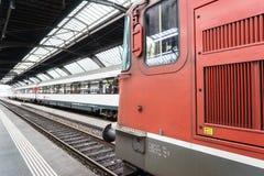 Trem de alta velocidade no estação de caminhos-de-ferro do HB de Zurique Fotografia de Stock