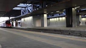 Trem de alta velocidade, partindo do trilho da estação vídeos de arquivo