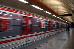 Trem de aproximação do metro Imagens de Stock Royalty Free