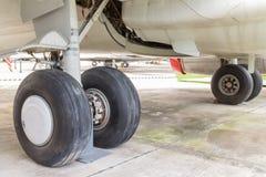 Trem de aterrissagem e avião comercial traseiros do motor na terra Imagens de Stock Royalty Free