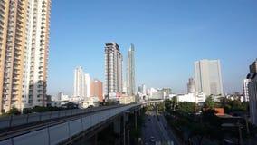 Trem de céu do metro e condomínio ao longo da rua principal, econômico abstrato dos bens imobiliários em Ásia filme