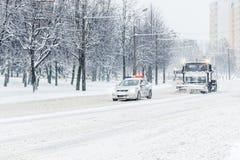 Trem de caminhão do arado de neve com o carro de polícia da patrulha fotografia de stock royalty free
