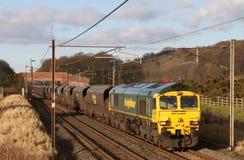 Trem de carvão de Freightliner na linha principal da costa oeste Fotos de Stock