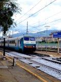 Trem de chegada fotos de stock