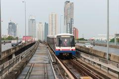 Trem de céu do BTS, um sistema de transporte público elevado em Bangk Fotografia de Stock