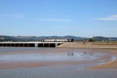 Trem de Dmu que cruza o viaduto de Arnside sobre o rio Kent imagens de stock royalty free