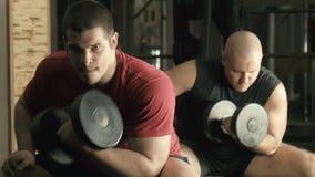 Trem de dois homens em um gym video estoque