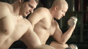 Trem de dois homens em um gym vídeos de arquivo