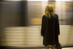 Trem de espera da mulher Fotografia de Stock