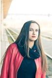 Trem de espera da mulher na estação de trilho velha Imagem de Stock Royalty Free