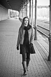 Trem de espera da mulher na estação de trilho velha Fotografia de Stock
