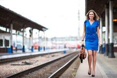Trem de espera da senhora na estação de comboio imagem de stock