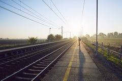 Trem de espera do homem fotografia de stock