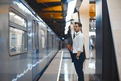 Trem de espera do homem de negócios atrativo novo no metro ou no metro imagens de stock royalty free