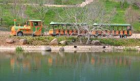 Trem de excursão em uma costa do lago Foto de Stock