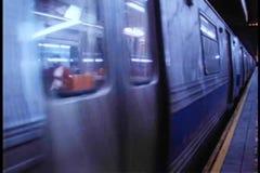 Trem de F que retira da estação de metro de New York City filme