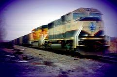 Trem de frete que apressa-se perto Fotos de Stock Royalty Free
