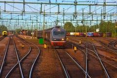 Trem de frete que passa a estação de comboio imagens de stock royalty free