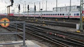 Trem de IC do alemão em Francoforte Hauptbahnhof vídeos de arquivo